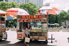 Η γυναίκα αγοράζει τα τρόφιμα στο φορτηγό τροφίμων στη Νέα Υόρκη στοκ φωτογραφία