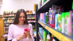 Η γυναίκα αγοράζει το σαμπουάν σε μια υπεραγορά απόθεμα βίντεο