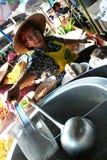 Η γυναίκα αγοράς τίθεται το νερό στο δοχείο νουντλς στοκ εικόνα με δικαίωμα ελεύθερης χρήσης