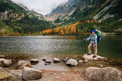 Η γυναίκα αισθάνεται την ελευθερία και απολαμβάνει τη χρυσή φύση φθινοπώρου στο βουνό στοκ φωτογραφία με δικαίωμα ελεύθερης χρήσης