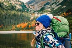 Η γυναίκα αισθάνεται την ελευθερία και απολαμβάνει τη χρυσή φύση φθινοπώρου στο βουνό στοκ εικόνα με δικαίωμα ελεύθερης χρήσης