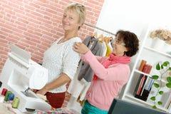Η γυναίκα λαμβάνει τα μέτρα σχετικά με τον πελάτη με την ταινία Στοκ Εικόνες