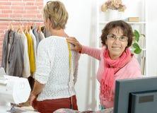 Η γυναίκα λαμβάνει τα μέτρα σχετικά με τον πελάτη με την ταινία Στοκ Φωτογραφίες