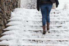 Η γυναίκα αναρριχείται στα σκαλοπάτια Στοκ Εικόνες