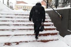 Η γυναίκα αναρριχείται στα σκαλοπάτια Στοκ φωτογραφίες με δικαίωμα ελεύθερης χρήσης
