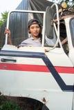 Η γυναίκα αναρριχείται στο φορτηγό Στοκ εικόνα με δικαίωμα ελεύθερης χρήσης