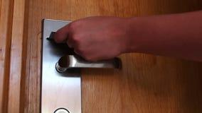 Η γυναίκα ανοίγει την πόρτα με τη βασική κάρτα φιλμ μικρού μήκους