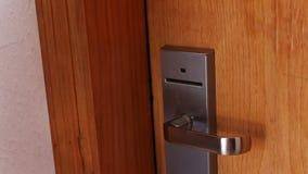 Η γυναίκα ανοίγει την πόρτα με τη βασική κάρτα απόθεμα βίντεο