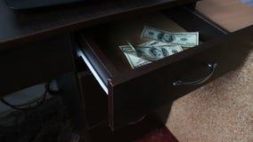 Η γυναίκα ανοίγει το συρτάρι και υπάρχουν πολλοί λογαριασμοί εκατό-δολαρίων απόθεμα βίντεο