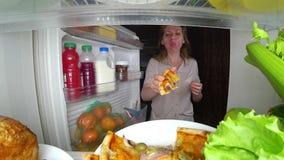 Η γυναίκα ανοίγει το ψυγείο τη νύχτα Πείνα νύχτας διατροφή gluttony στοκ εικόνα με δικαίωμα ελεύθερης χρήσης