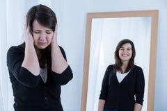 η γυναίκα αντανάκλασής τη&sig Στοκ εικόνες με δικαίωμα ελεύθερης χρήσης