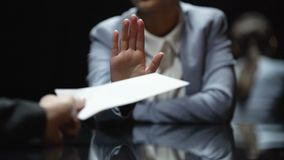 Η γυναίκα ανώτερος υπάλληλος αρνείται να πάρει τη δωροδοκία, αντιδιαβρωτικοί νόμοι στη δράση, να κλείσει επάνω απόθεμα βίντεο