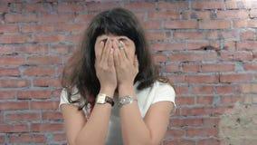 Η γυναίκα απεικονίζει την απελπισία, απόγνωση, θλίψη κεκλεισμένων των θυρών ρίψη κόκκινο με την άσπρη ένωση απόθεμα βίντεο
