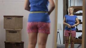 Η γυναίκα απογοητεύεται από το μήκος μέσης της απόθεμα βίντεο