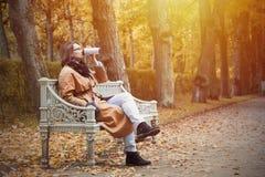 Η γυναίκα απολαμβάνει την εποχή φθινοπώρου Στοκ εικόνα με δικαίωμα ελεύθερης χρήσης