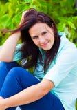 Η γυναίκα απολαμβάνει την πράσινη φύση Στοκ φωτογραφία με δικαίωμα ελεύθερης χρήσης