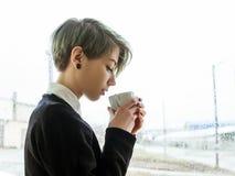 Η γυναίκα απόλαυσης τσαγιού καφέ απολαμβάνει το ποτό φλυτζανιών μεταχειρίζεται Στοκ εικόνα με δικαίωμα ελεύθερης χρήσης