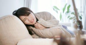 Η γυναίκα αρρωσταίνει και βήχας στοκ εικόνες