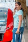 Η γυναίκα αρχίζει ένα ταξίδι με το τραίνο Στοκ Εικόνες