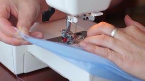 Η γυναίκα αρχίζει να ράβει στη ράβοντας μηχανή hands s women Κινηματογράφηση σε πρώτο πλάνο απόθεμα βίντεο