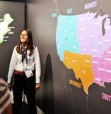 Η γυναίκα ασιατικής προέλευσης παρουσιάζει το χάρτη των Ηνωμένων Πολιτειών της Αμερικής στοκ εικόνα με δικαίωμα ελεύθερης χρήσης