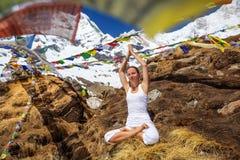 Η γυναίκα ασκεί τη γιόγκα στο βουνό Στοκ εικόνες με δικαίωμα ελεύθερης χρήσης