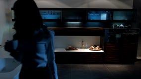 Η γυναίκα αφήνει την κουζίνα απόθεμα βίντεο