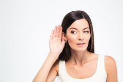 Η γυναίκα βάζει ένα χέρι στο αυτί στοκ εικόνες