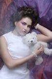 Η γυναίκα βάζει στο organza με τη teddy αρκούδα Στοκ Εικόνες
