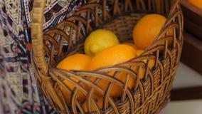Η γυναίκα βάζει τα φρούτα στο καλάθι απόθεμα βίντεο
