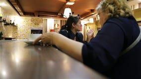 """Η γυναίκα βάζει Ï""""Î¿ φλυτζάνι και Ï""""Î¿ γυαλί στο μετρητή φραγμών στον καφέ φιλμ μικρού μήκους"""