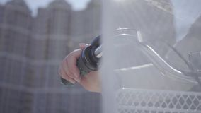 Η γυναίκα βάζει το χέρι της handlebar του ποδηλάτου της με στενό επάνω καλαθιών Αστική εικονική παράσταση πόλης στο υπόβαθρο θηλυ απόθεμα βίντεο