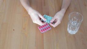 Η γυναίκα βγάζει τα χάπια απόθεμα βίντεο