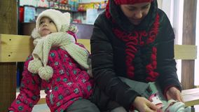 Η γυναίκα βοηθά την κόρη της που τίθεται στα σαλάχια της φιλμ μικρού μήκους
