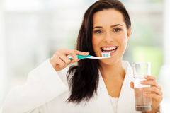 Η γυναίκα βουρτσίζει τα δόντια Στοκ εικόνα με δικαίωμα ελεύθερης χρήσης