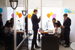 Η γυναίκα γιορτάζει τη γιορτή γενεθλίων στο επιχειρησιακό γραφείο με το συνάδελφο Στοκ φωτογραφίες με δικαίωμα ελεύθερης χρήσης