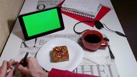 Η γυναίκα γράφει κάτω σε μια πράσινη οθόνη ταμπλετών εγγράφου απόθεμα βίντεο