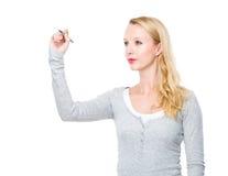 Η γυναίκα γράφει στη φανταστική επιτροπή Στοκ φωτογραφία με δικαίωμα ελεύθερης χρήσης