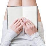 Η γυναίκα γράφει στο ημερολόγιό της Στοκ εικόνες με δικαίωμα ελεύθερης χρήσης