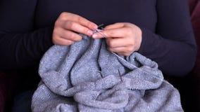 Η γυναίκα δίνει κοντά επάνω στο πλέξιμο φιλμ μικρού μήκους