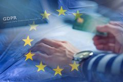 Η γυναίκα δίνει στο lap-top τη σημαία πιστωτικών καρτών και της Ευρωπαϊκής Ένωσης με το κείμενο Στοκ Φωτογραφίες
