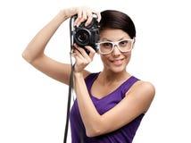 Η γυναίκα δίνει την επαγγελματική φωτογραφική φωτογραφική μηχανή Στοκ Φωτογραφίες