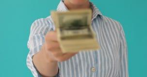 Η γυναίκα δίνει το δολάριο χρημάτων φιλμ μικρού μήκους