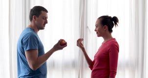 Η γυναίκα δίνει το μήλο στον άνδρα απόθεμα βίντεο