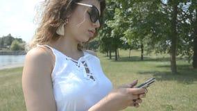Η γυναίκα δίνει sms τη δακτυλογράφηση απόθεμα βίντεο