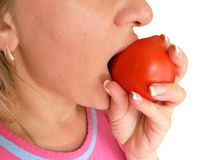 Η γυναίκα δαγκώνει και τρώει την εικόνα κινηματογραφήσεων σε πρώτο πλάνο ντοματών Μέρος του προσώπου με το στόμα και τα χείλια Το στοκ φωτογραφίες