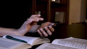 Η γυναίκα δακτυλογραφεί ένα μήνυμα απόθεμα βίντεο