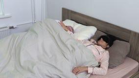 Η γυναίκα δεν μπορεί να κοιμηθεί επειδή ανδρών απόθεμα βίντεο