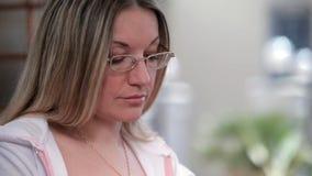 Η γυναίκα διδάσκει on-line απόθεμα βίντεο