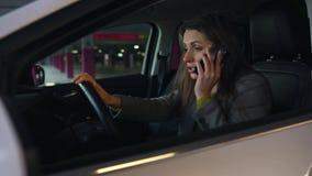 Η γυναίκα είναιη και ανατρεμμένη στο τιμόνι, επειδή το αυτοκίνητό της ανάλυσε Προσπαθεί να πάρει τη βοήθεια τηλεφωνικώς απόθεμα βίντεο